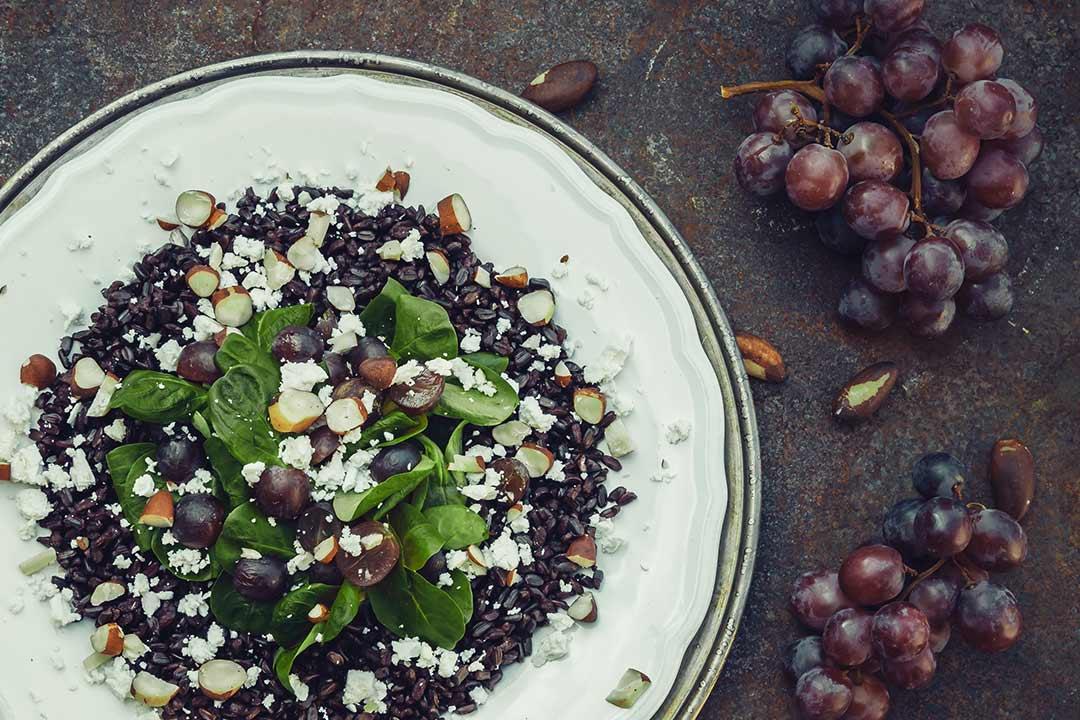 salat zum fr hst ck reis mit salat weintrauben feta und pekann ssen. Black Bedroom Furniture Sets. Home Design Ideas