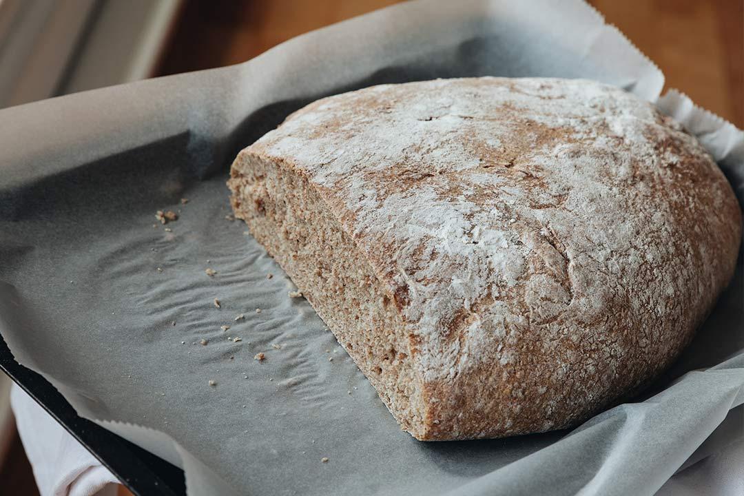 Brot backen mit Dinkel-Vollkorn: Tipps, Tricks und ein Rezept