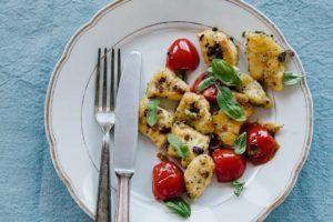 Gnocchi Pfanne mit Zwiebeln, Knoblauch und Tomaten