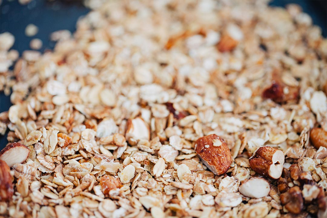 granola rezept orange honig cashwes und dinkelflocken zum fr hst ck. Black Bedroom Furniture Sets. Home Design Ideas