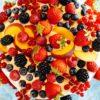 Rezept für eine Obsttorte mit Buttermilch-Biskuitboden und zitronaten Frischkäsecreme für das Osterfest