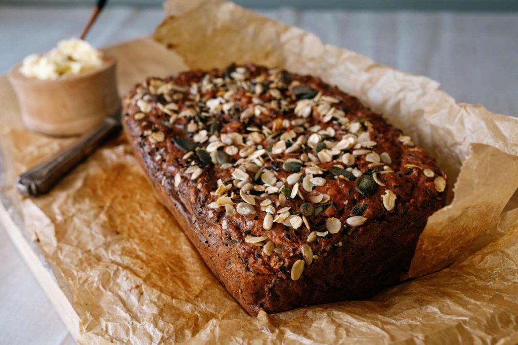 Rote Bete Brot mit Kürbissen-Haferflocken-Topping