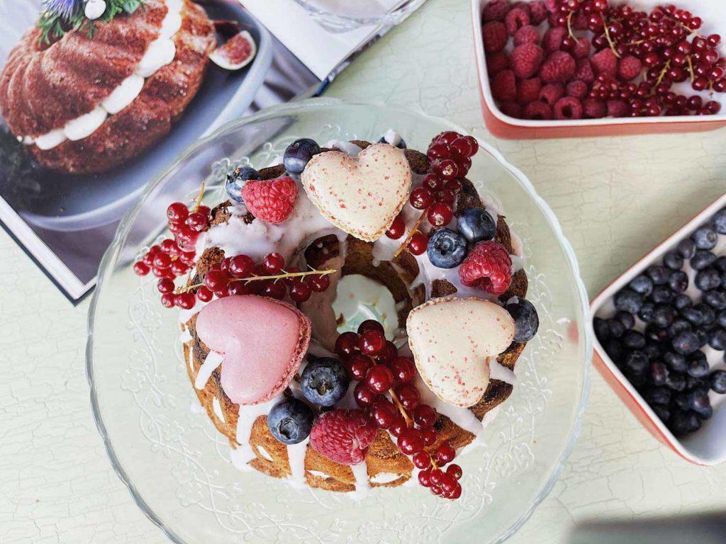 Rezept für Mandelkuchen ohne Mehl, aber mit einer tollen Dekoration mit vielen Beeren