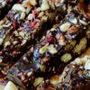 Vollkornkeks, Schokolade, Nüsse und Berberitzen machen diese Leckerei unwiderstehlich lecker