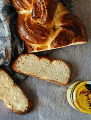 Man kann Schweizer Hefezopf auch ohne Zucker backen