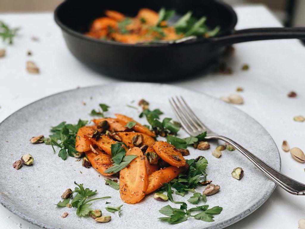 Pistazien unterstreichen die nussige Note von Karotten