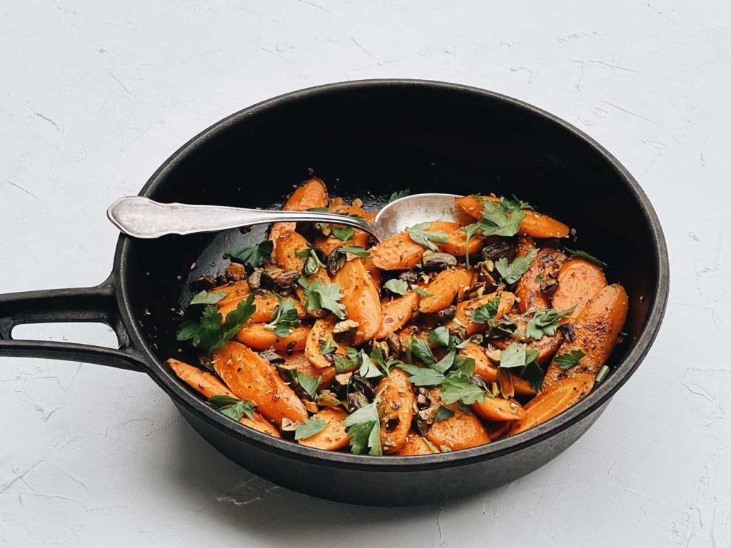 Knackig, orientalisch schmeckendes Möhrengemüse